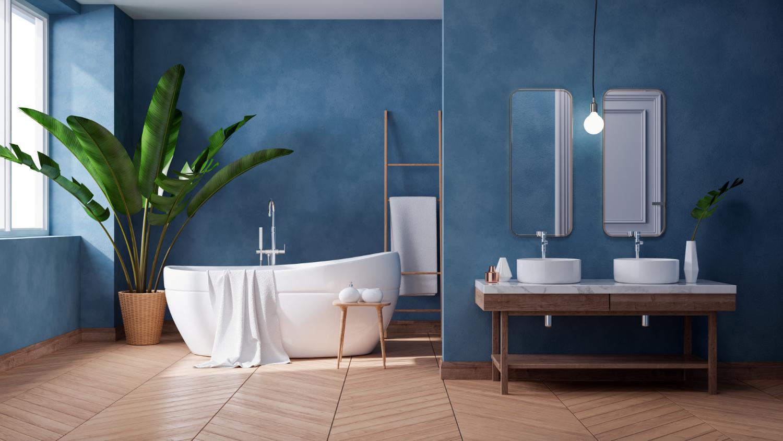 Niebieska łazienka z wanną i lustrami na ścianie