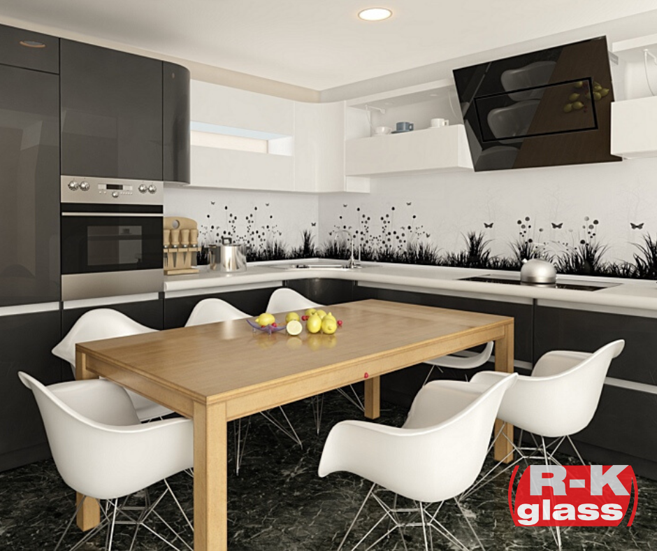 Biało-czarna grafika na szkle w kuchni