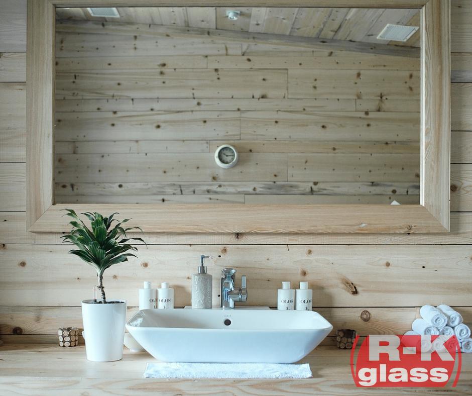 Prostokątne lustro w drewnianej ramie