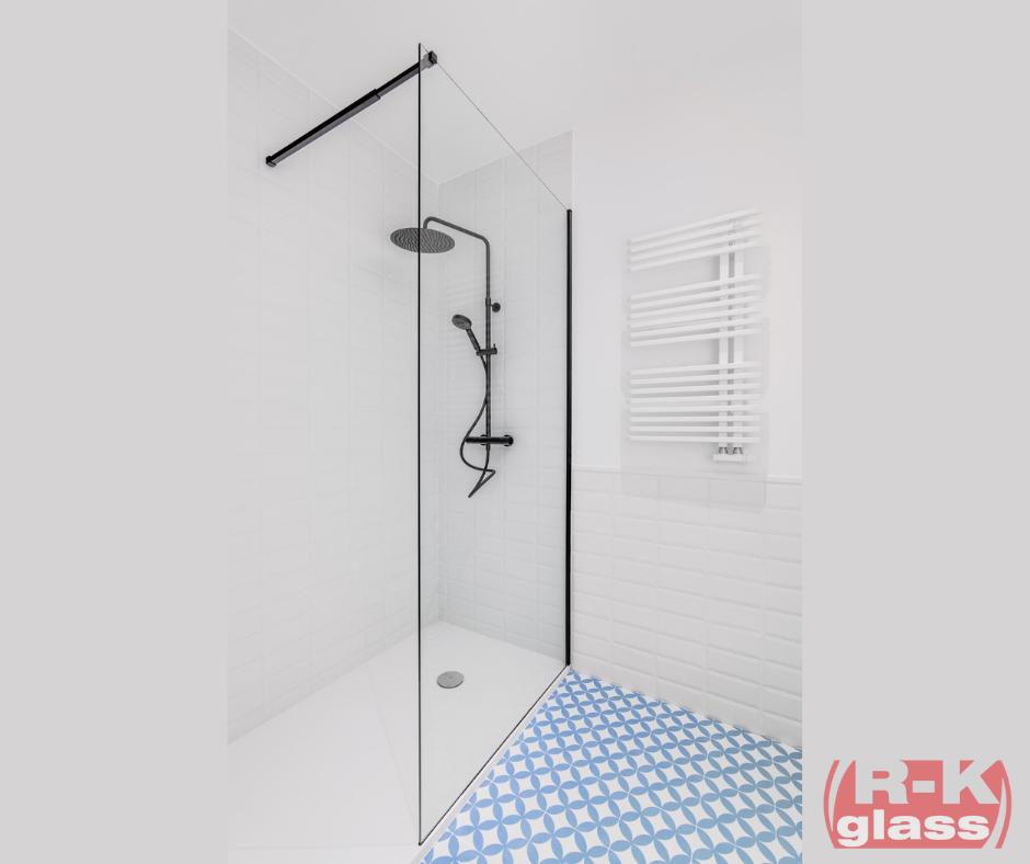 Delikatna, minimalistyczna szklana kabina prysznicowa